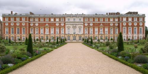 Hampton Court (Wikipedia)