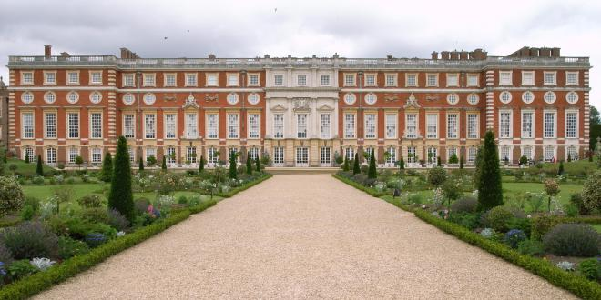 Hampton Court (Wikipedia)